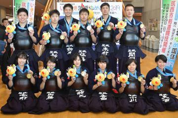 剣道少年男子と少年女子で優勝を果たした本県選抜の選手たち=筑西市下館総合体育館、菊地克仁撮影