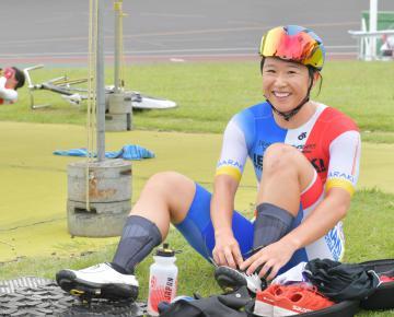 〈自転車女子スクラッチ決勝〉女子チームスプリントと合わせて2冠を果たし、試合後、笑顔を見せる梶原悠未(筑波大)=取手競輪場、鹿嶋栄寿撮影