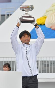 天皇杯を掲げるサッカー成年男子の関直也(潮来一中教)=鹿嶋栄寿撮影