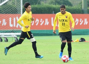 川崎戦に向けて調整するレアンドロ(右)と内田=クラブハウスグラウンド
