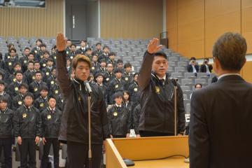 選手宣誓する(左から)大友龍二選手と竹之内涼也選手=県庁