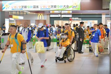 全国障害者スポーツ大会が中止となり、地元に帰るため、ホームに向かう選手団=11日午前11時ごろ、JR水戸駅、鹿嶋栄寿撮影
