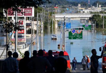 那珂川の氾濫により冠水した国道123号や店舗=13日午前6時57分、水戸市渡里町、吉田雅宏撮影