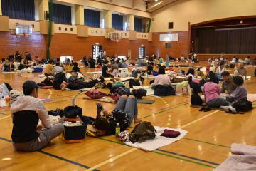 避難所となった県立水海道一高体育館=13日午前10時ごろ、常総市水海道亀岡町