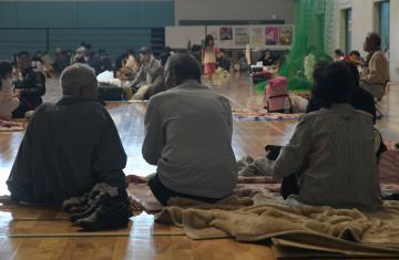 避難所で一夜を過ごした避難者たち=13日午前6時50分、古河市下大野の市総合体育館