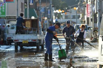 泥かきに追われる商店街の人たち=13日午後3時25分、大子町大子、菊地克仁撮影