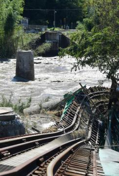 久慈川に崩れ落ちた鉄橋。レールが大きくゆがんでいた=13日午前10時42分、大子町南田気、菊地克仁撮影