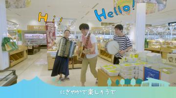 道の駅グランテラス筑西のプロモーションビデオで、オリジナルテーマソングを歌う横田悠二さん(中央)