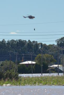 逃げ遅れた住民を引き揚げるヘリコプター=13日午前11時56分、水戸市岩根町、清水英彦撮影