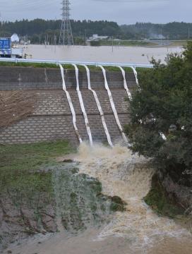 浸水地域で行われた排水作業=水戸市下国井町