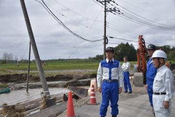 被災した現場を視察する大井川和彦知事(中央)=常陸大宮市富岡