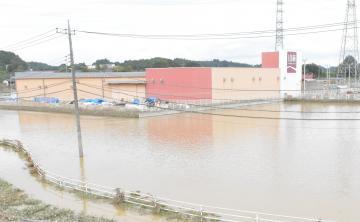 周囲が水没したホームセンター「山新渡里店」=水戸市渡里町