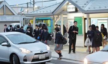 常陸大宮駅止まりの下り列車で下車し、親の迎えを待つ高校生たち=15日午後4時57分、常陸大宮市南町、吉田雅宏撮影