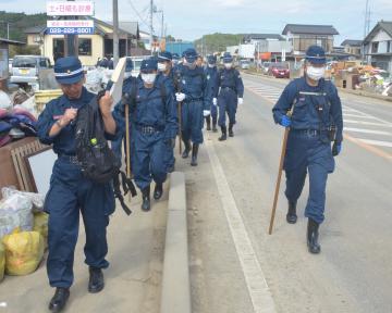 不明者の捜索活動に当たる県警の捜索隊員ら=16日午前、水戸市藤井町