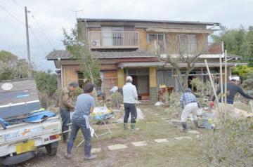茨城新聞OBの園部章さん宅で片付け作業が始まった=15日午後0時5分、水戸市岩根町