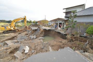 久慈川からあふれた水が押し寄せ、決壊した浅川の堤防。濁流は近くの民家も浸食した=17日午後、常陸太田市松栄町、鹿嶋栄寿撮影