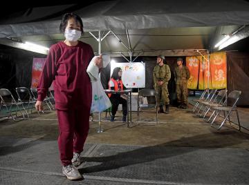 陸上自衛隊が飯富中に開設した入浴施設「松戸の湯」を利用した住民女性=17日午後6時16分、水戸市飯富町、吉田雅宏撮影
