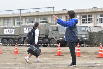6日ぶりに授業が再開し、登校する生徒=18日午前8時36分、水戸市飯富町、吉田雅宏撮影