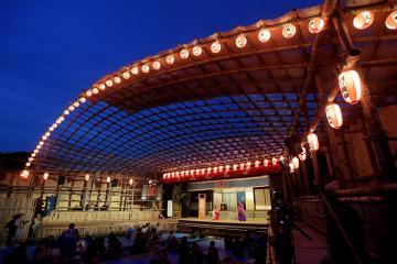 ちょうちんがともり幻想的な雰囲気の中で行われた「西塩子の回り舞台」=20日午後、常陸大宮市塩子地区、吉田雅宏撮影