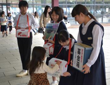 東日本大震災や台風19号の被災者支援の募金活動を行う下妻市立下妻中の生徒たち=同市長塚乙