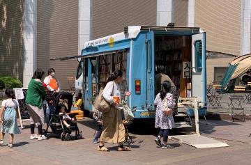 つくば市立中央図書館の移動図書館。提携企画第1弾として、11月2日に筑波大イベントが開かれる