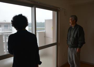 入居する県営住宅の部屋を確認する山崎光夫さん、年子さん夫婦=25日午後、水戸市藤が原