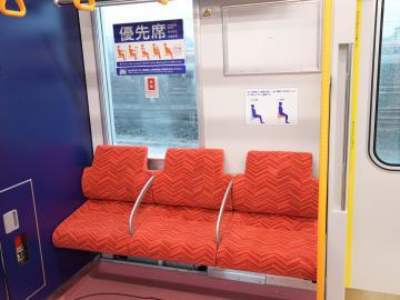 手すりが付き、ほかの座席に比べ座面を高くしたユニバーサルデザイン(UD)シートの優先席=つくばみらい市筒戸、吉田雅宏撮影