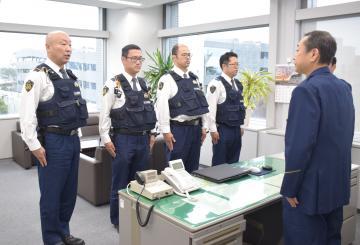 本県での活動を終了し、桜井敏朗地域部長(右)に帰任を申告する石川県警の警察官=県警本部