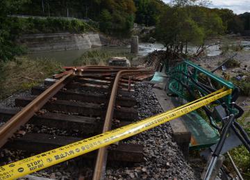 橋桁と橋脚が流失したJR水郡線第6久慈川橋梁=大子町久野瀬