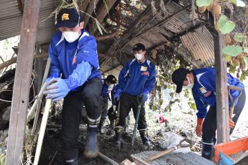 泥のかき出しと壊れた小屋の解体作業を行う水海道一高の野球部員=大子町南田気