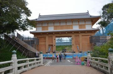 完成した水戸城大手門の本体。周辺の工事が進んでいる=水戸市三の丸