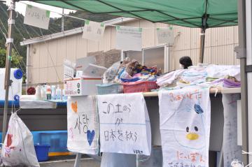 ボランティアセンターに置かれた土のう袋にはメッセージやイラストが描かれている=大子町大子