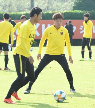 浦和戦に向けて調整する伊藤(左)と三竿ら=クラブハウスグラウンド