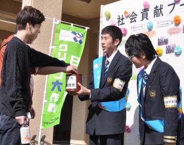 台風19号の県内被災地を支援しようと募金活動を行う生徒たち=水戸市下大野町