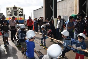 重さ33トンの車両を綱引きする子どもたち=常総市水海道高野町