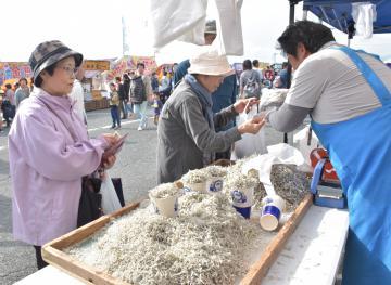 「雨情の里港まつり」で、新鮮な海産物を買い求める行楽客=北茨城市大津町