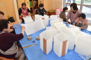 土のう袋を自立固定させる支援物資を手作りする常総市のお年寄りたち=常総市水海道橋本町