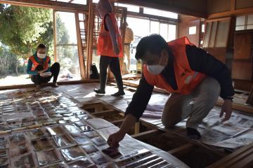浸水被害に遭った住宅で洗浄作業のボランティアに取り組む日越大の学生ら=水戸市岩根町