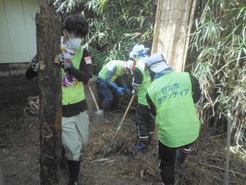 災害ボランティアが浸水被害に遭った住宅の敷地内で清掃作業=常陸太田市松栄町