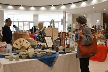 18品目が並ぶ県伝統工芸品展=つくば市研究学園