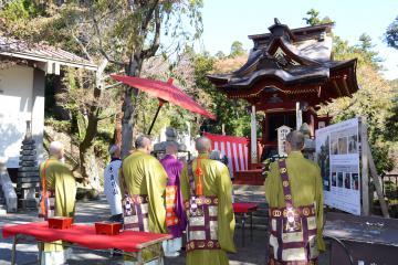 修復された社殿の前で読経する僧侶ら=桜川市本木の楽法寺