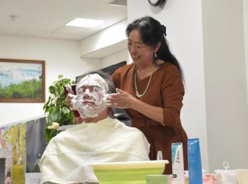 正しい洗顔方法について実演しながら説明する益子しげ美さん=水戸市南町