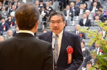県民栄誉賞を受賞し、受賞者を代表して謝辞を述べる柳沢正史筑波大教授=県庁講堂