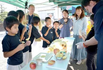 大子町の奥久慈りんごを試食する子どもたち=下妻市本城町