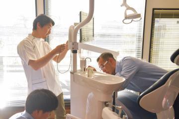 15日の診療再開に向け、治療台の入れ替え作業を進める歯科医師の増田友邦さん=14日午後、水戸市藤井町、菊地克仁撮影