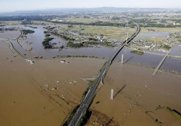 那珂川が氾濫し、浸水した常磐自動車道水戸北スマートIC付近=10月13日、水戸市(共同通信社ヘリから)