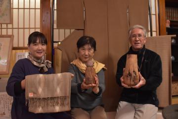 「爺杉」を材料に作品づくりに取り組む菅波博光さん、下山田昌右さん、佐川麻穂さん(右から)=高萩市中戸川