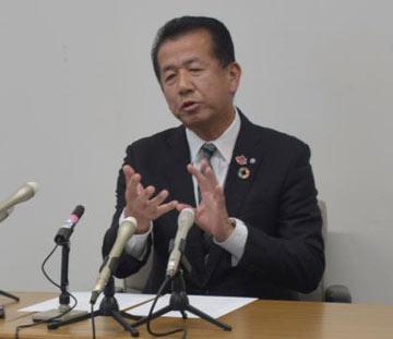 住民グループの質問に答える山田修村長=21日午後、東海村役場
