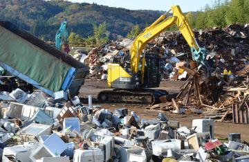 災害ごみの搬出作業が進む仮置き場=常陸大宮市野口の旧御前山中学校