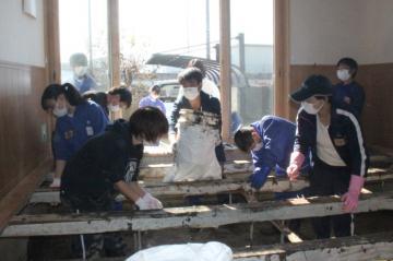 被災した民家の泥を取り除く総和南中の生徒や保護者たち=栃木県佐野市(同校提供)